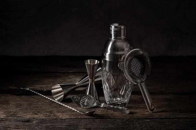 Barman apparatuur shaker zeef jigger op houten achtergrond met kopie ruimte