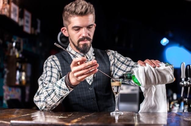 Barman bereidt een cocktail in de gelagkamer
