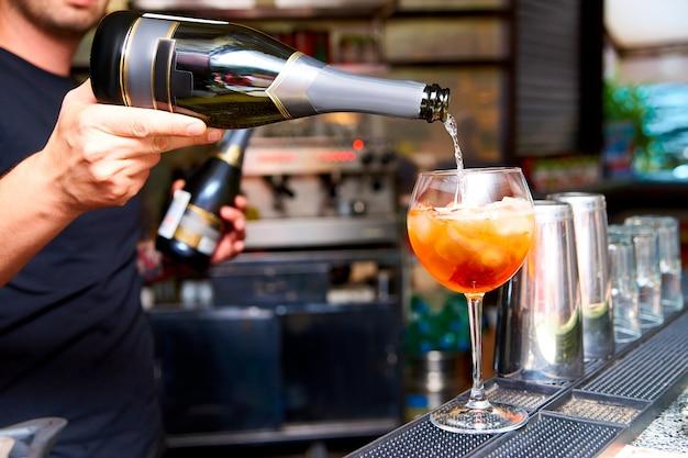 Barman bereidt koude cocktails in de nachtclub.