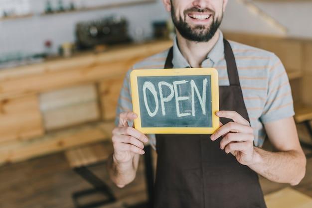 Barman bijsnijden met open schrijven