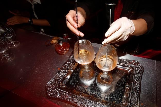 Barman die alcohol voorbereidt voor het dienen