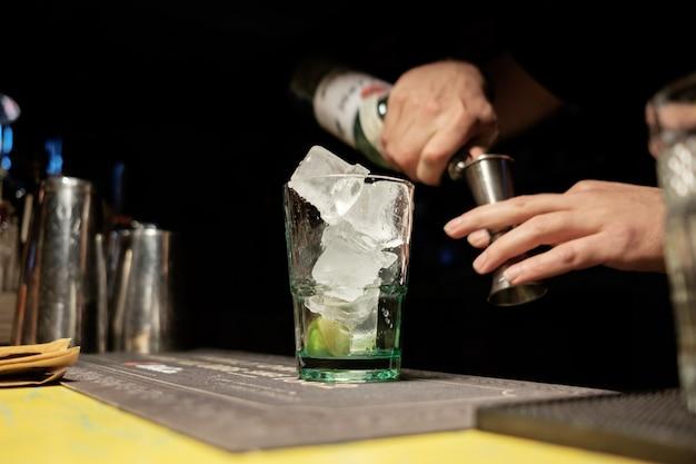 Barman die cocktail maakt