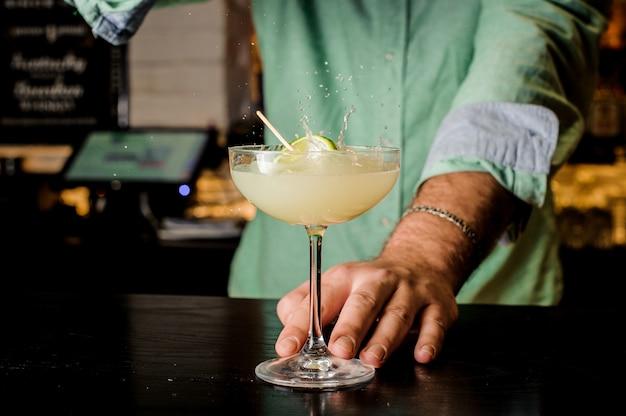 Barman die de cocktail met kalk maakt