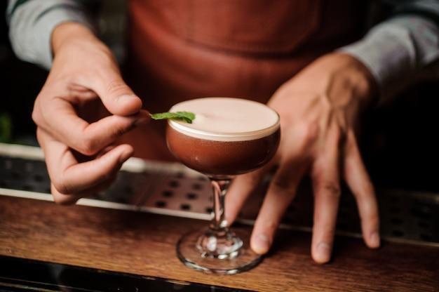 Barman die een ontspannende cocktail maakt