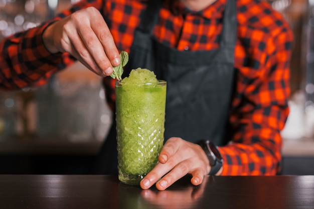 Barman die een verfrissende cocktail voorbereidt
