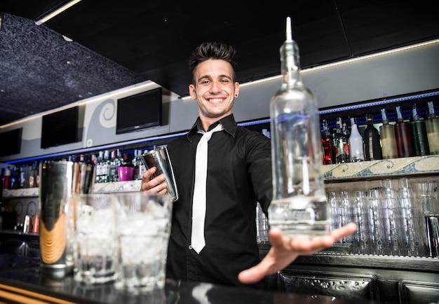 Barman die in een bar werkt