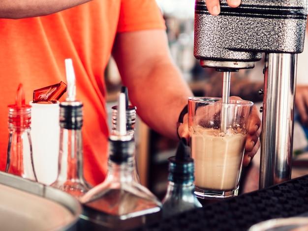 Barman die smakelijk drank mengt