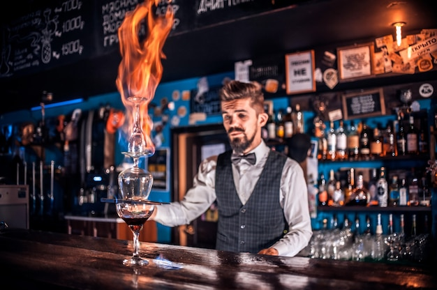 Barman formuleert een cocktail in het portiershuis