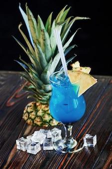 Barman heeft goed werk verricht. cocktail is klaar. op de houten tafel in de nachtclub.