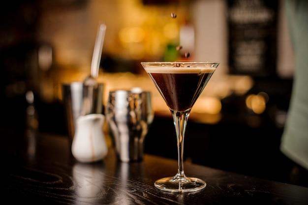 Barman ingericht espresso cocktail drinken witte schuim koffieboon