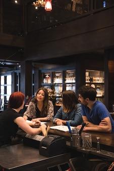 Barman interactie met klanten