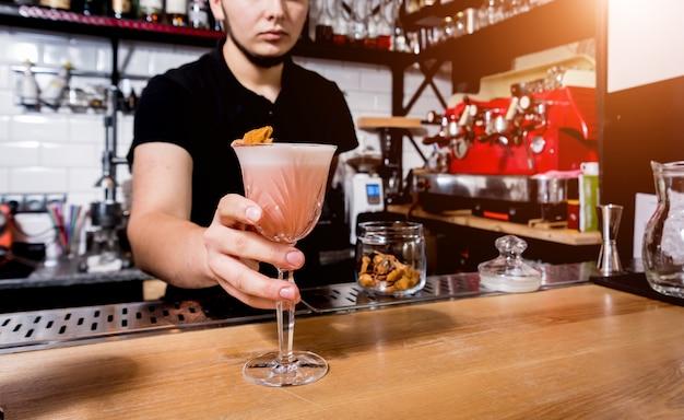 Barman maakt cocktail aan toog. verse cocktails. barman aan het werk. restaurant.