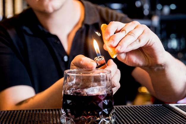 Barman maakt cocktail aan toog. verse cocktails. barman aan het werk.