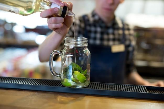 Barman maakt een cocktail aan de bar in het restaurant.