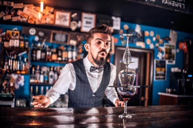 Barman maakt een cocktail in de gelagkamer