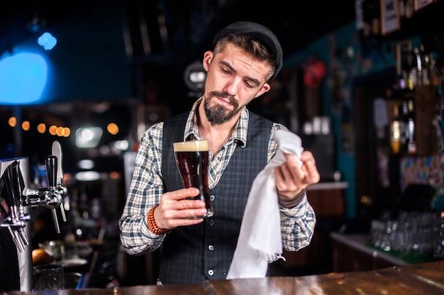 Barman maakt een cocktail in het bierhuis