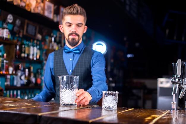 Barman maakt een cocktail op het portiershuis