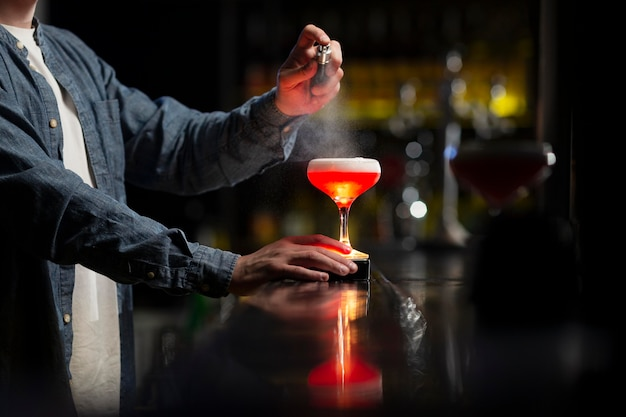 Barman maakt een verfrissende cocktail