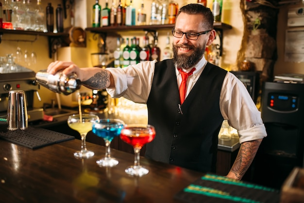 Barman maken van alcoholische dranken in nachtclub