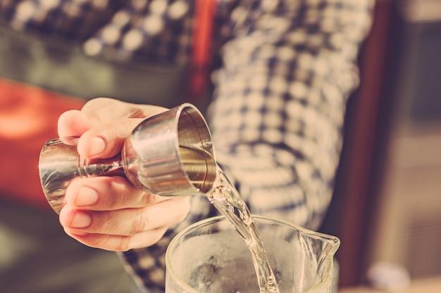 Barman maken van een alcoholische cocktail aan de bar aan de bar