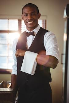Barman met servet gedrapeerd op zijn hand