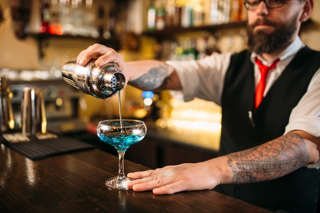 Barman met shaker alcohol cocktail maken