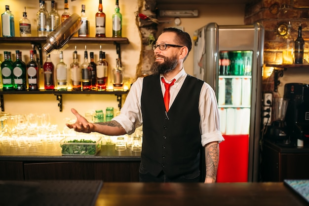 Barman met shaker toont professionele truc
