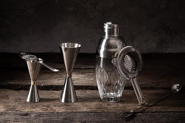 Barman mixologist apparatuur shaker zeef jigger op hout met kopie ruimte