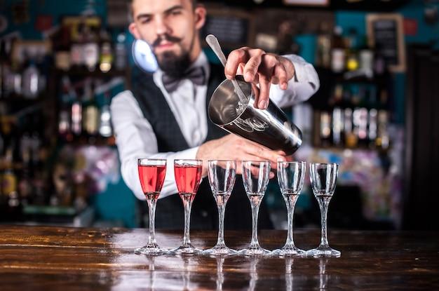 Barman mixt een cocktail in de brasserie