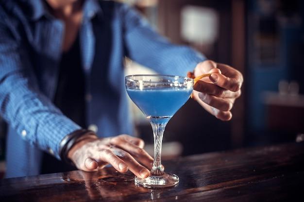 Barman mixt een cocktail in het bierhuis