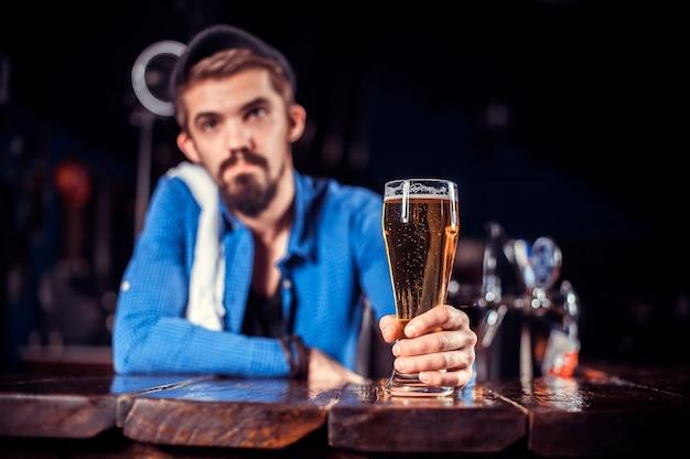 Barman mixt een cocktail in het café