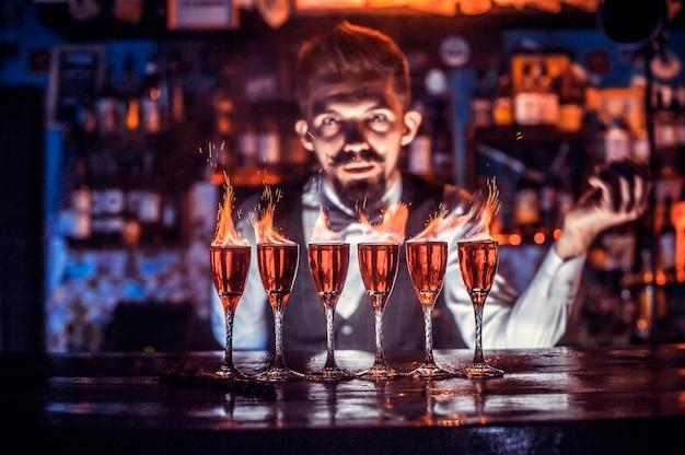 Barman mixt een cocktail op het bierhuis