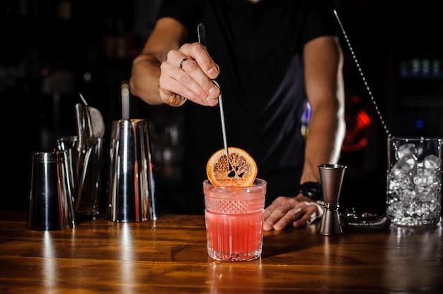 Barman op het werk, cocktails bereiden