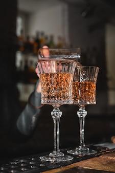 Barman schenkt wijn in