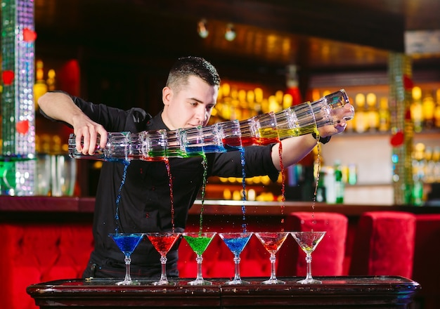 Barman-show. barman schenkt alcoholische cocktails.
