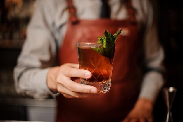 Barman siert cocktail mint laat geen gezicht