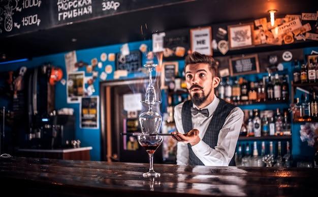 Barman verzint een cocktail in de brasserie