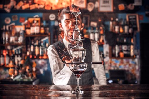 Barman verzint een cocktail in het portiershuis