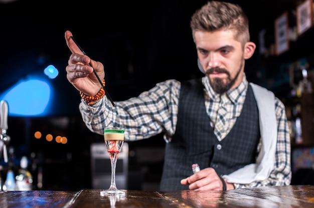Barman verzint een cocktail in het pothouse