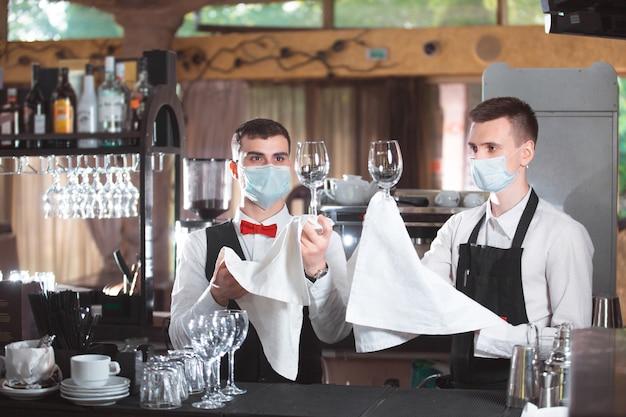 Barmannen werken aan de bar in het restaurant