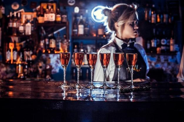 Barmeisje formuleert een cocktail in het bierhuis