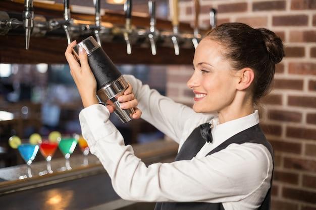 Barmeisje schudt een cocktail