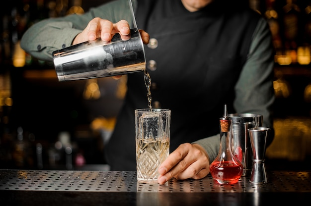 Barmen maken cocktail aan de bar