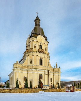 Barokke trinity church in het dorp mykulyntsi