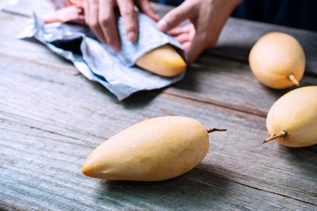 Barracuda-mango's op houten tafel. zoet en heerlijk thais fruit. detailopname
