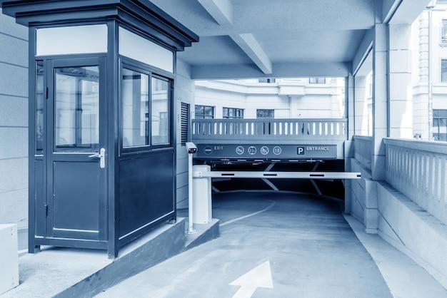 Barrière van een hotelsparkeerterrein