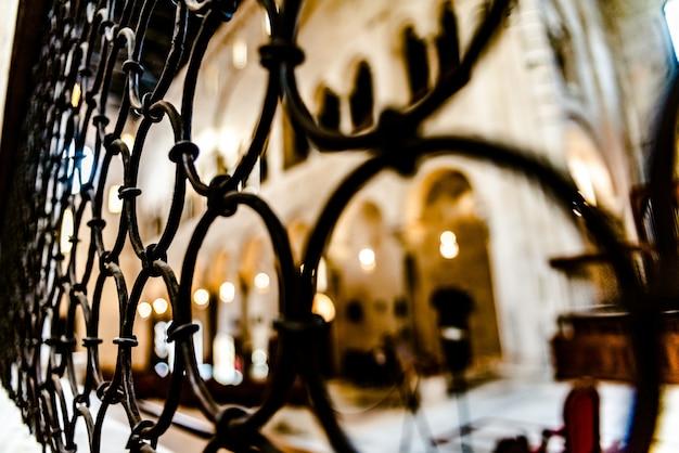 Bars van het interieur van een kathedraal