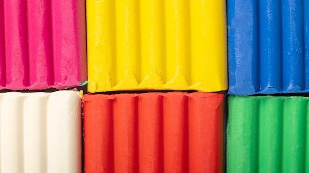 Bars van veelkleurige zachte plasticine close-up achtergrond.