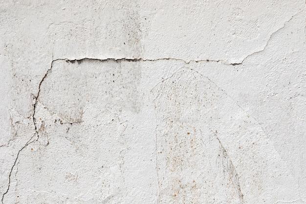 Barst in een witte muur