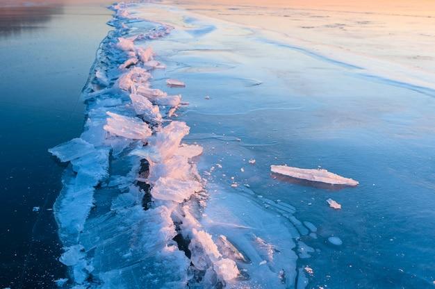 Barst in het ijs op een bevroren meer